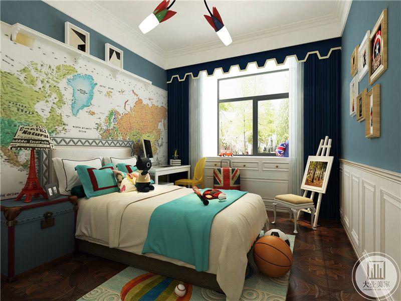 儿童房还摆放了花架,深蓝色的窗帘不失欧式的雅致。