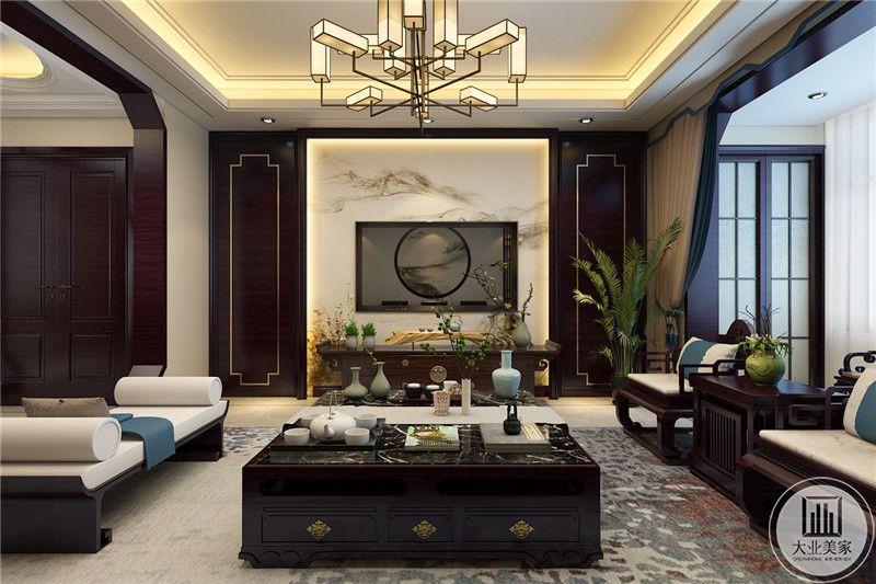 客厅影视墙采用大理石装饰,电视柜采用黑檀木材料做成,两侧采用黑檀木板装饰,同时采用金属线装饰。