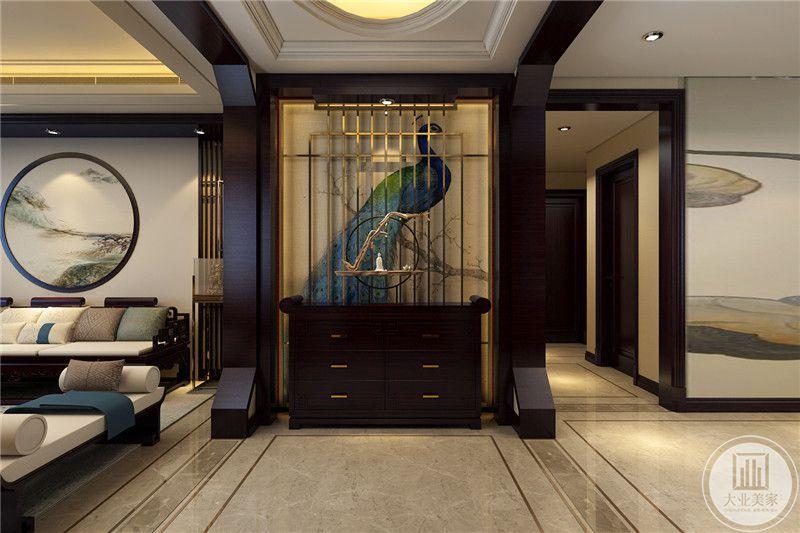 玄关的墙面采用动物装饰画,墙面采用金属格栅的装饰,下半部分放置黑檀木装饰画。