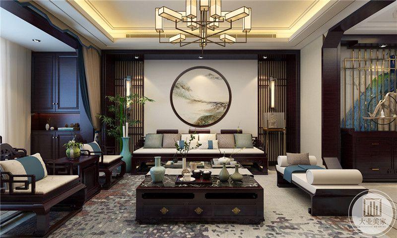 客厅沙发背景墙采用中式风格装饰画,墙面整体做成外圆内方的效果,白色沙发框架和黑色茶几都采用黑檀木。