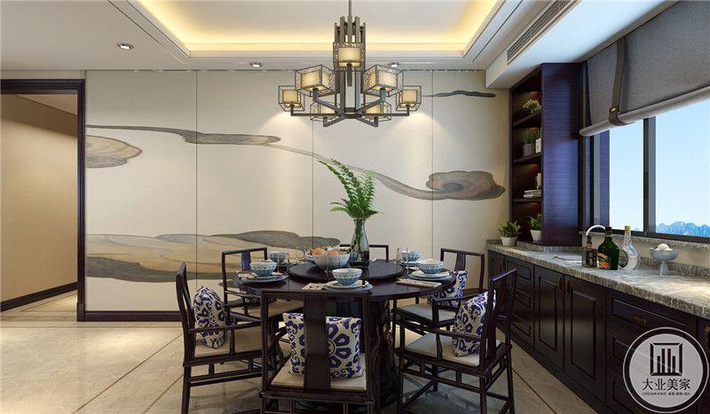 餐桌餐椅都采用黑檀木制作,墙面采用中式壁纸装饰,靠窗户的一侧采用黑檀木橱柜搭配大理石台面。