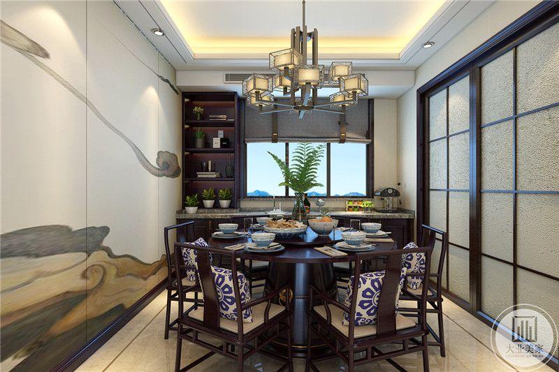 餐厅餐桌正对窗户,窗户的一侧采用黑檀木的收纳柜。