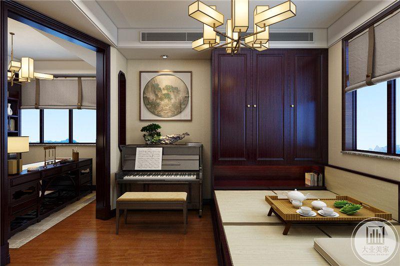 书房的休息室采用榻榻米,一侧放置钢琴,书房地面铺设木地板。
