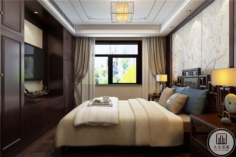 卧室床头背景墙采用中式风格的壁纸,两侧采用黑檀木床头柜,床尾采用电视机嵌入黑檀木收纳柜的设计。