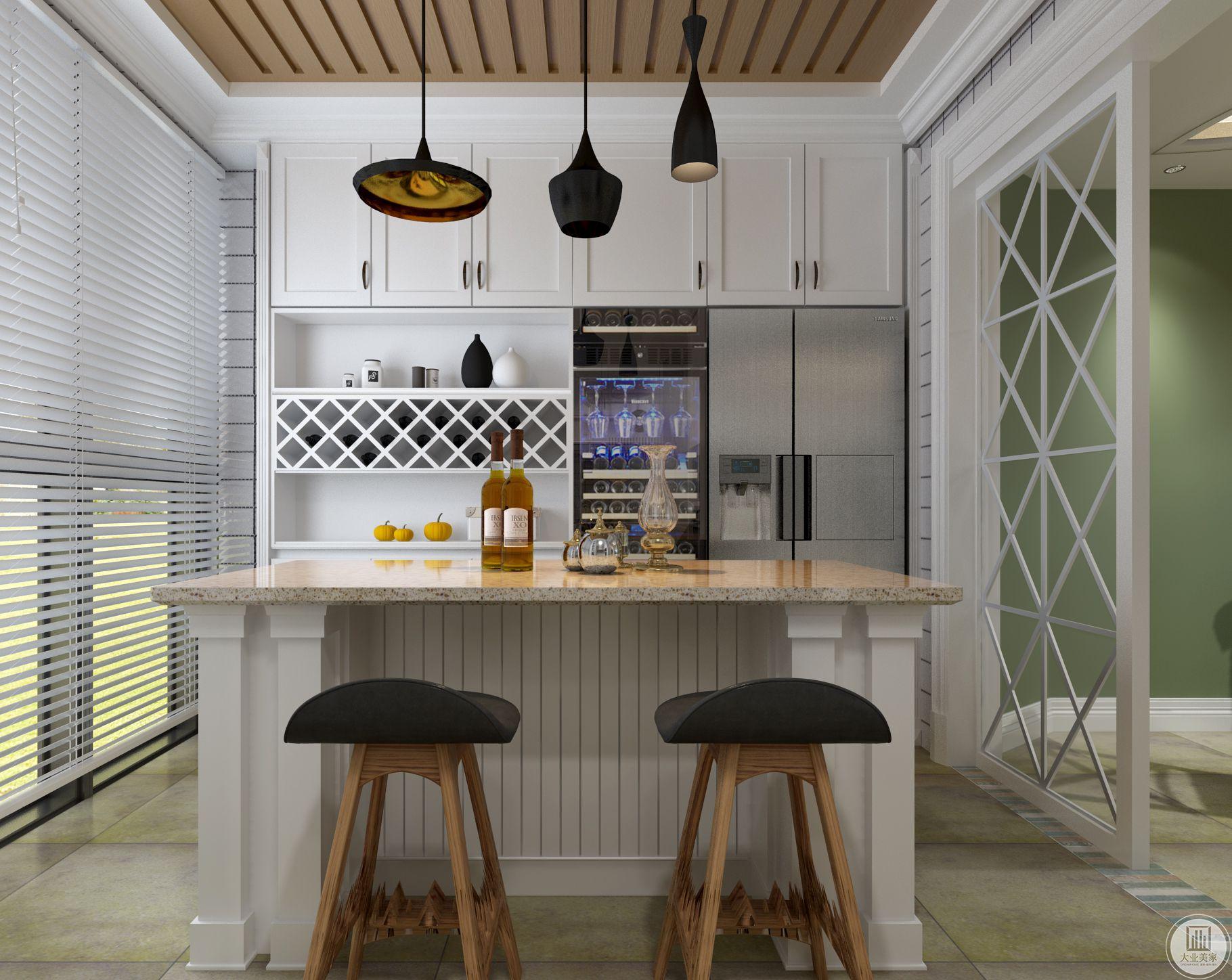 红酒柜和冰箱就放在吧台一侧,与餐厅临近,十分方便。