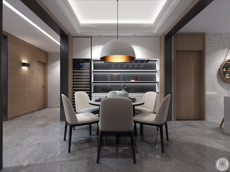 餐厅另一侧的墙面做成收纳柜,增强餐厅的收纳空间。