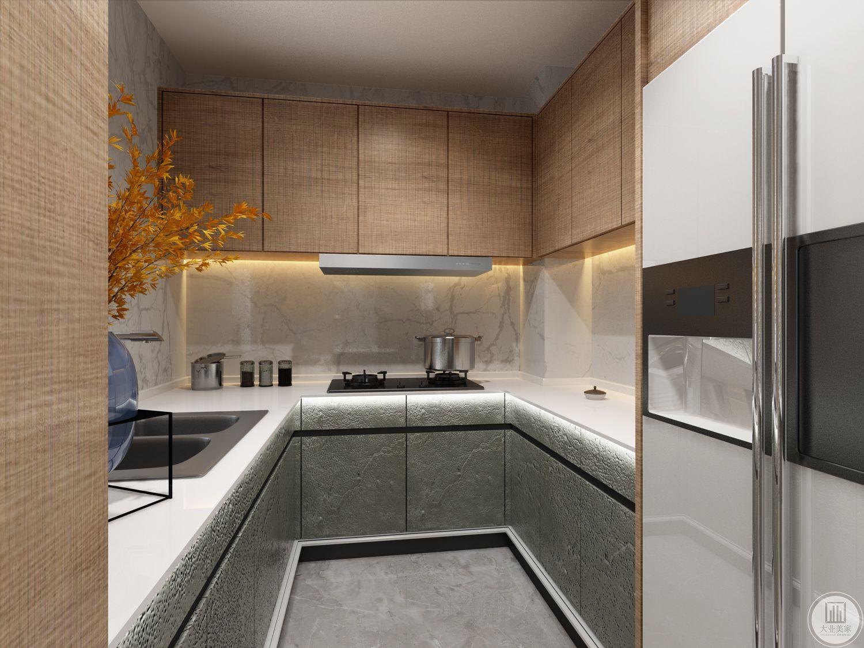 厨房墙面采用浅色花纹砖,吊柜采用实木,底柜采用花岗岩。