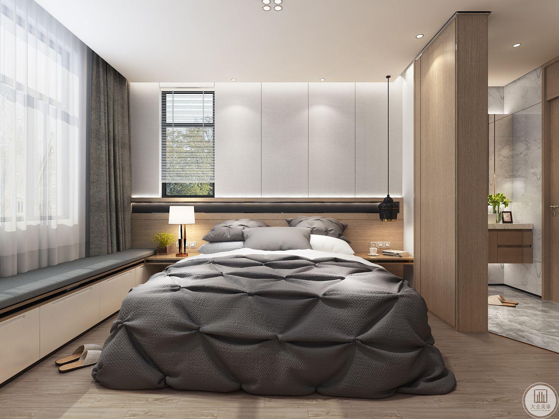 卧室床头背景墙采用百世实木护墙板,一侧留下一部分窗户,床的两侧采用实木床头柜,靠窗户的一侧采用榻榻米增强收纳。