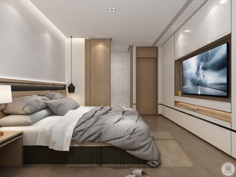 卧室空间采用吊顶,床尾的墙面电视嵌入到橱柜中,橱柜采用白色实木装饰。