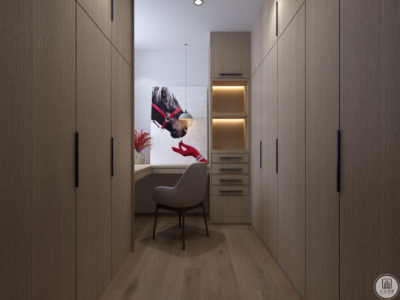 衣帽间内侧的位置设置一个书桌,衣柜大量采用实木材料。