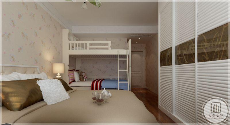 卧室墙面采用带花色的壁纸,床尾做白色衣柜,一侧做白色双层儿童床。