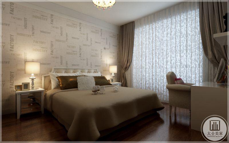 主卧室地面铺深色木地板,墙面采用浅黄色,床的两侧放置白色床头柜。