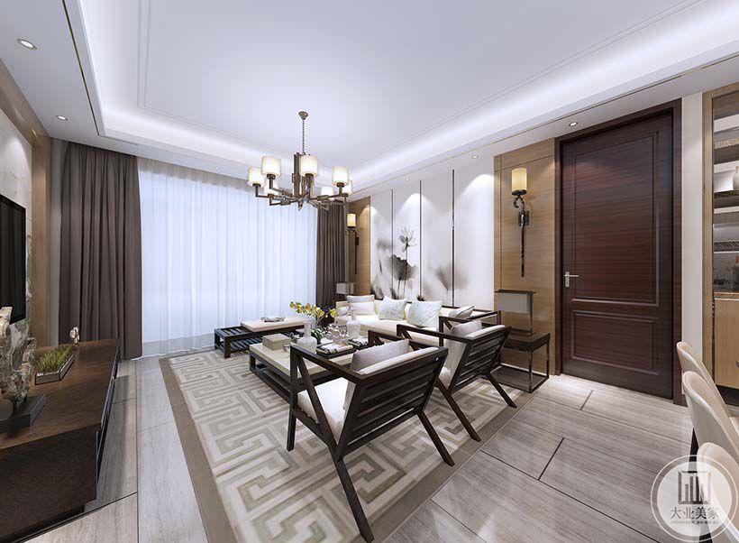 客厅沙发背景墙两侧采用实木板,一侧采用红木隐形门。