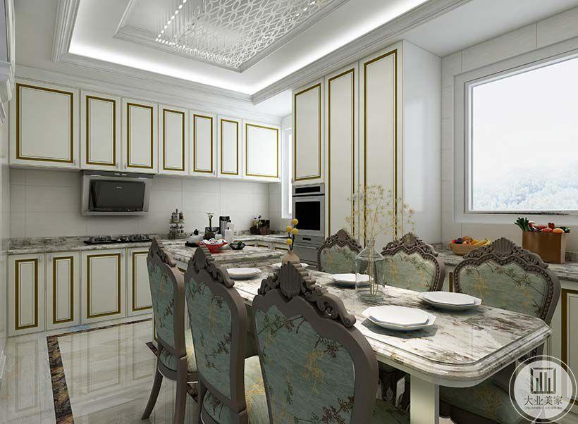 开放式的厨房与餐厅紧接,白金色的橱柜大方简约,是低调的精致奢华。餐椅则是暗绿色的小碎花椅面,极富欧式风情。