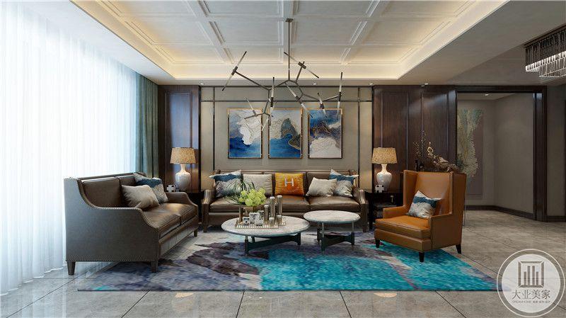 客厅沙发墙采用浅色壁纸,沙发棕色真皮沙发,搭配白色茶几,地面采用浅色瓷砖搭配蓝色地毯。