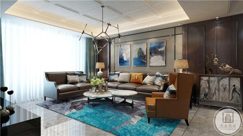 客厅侧面可以看见大大的落地窗,主沙发两旁放着低矮的置物柜,放着复古的台灯。
