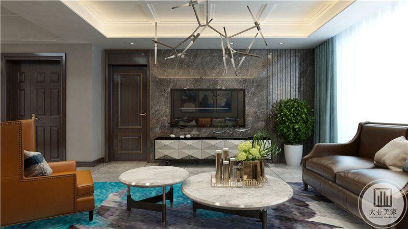 影视墙采用深色瓷砖,电视柜采用现代风格装饰,一侧搭配绿植。