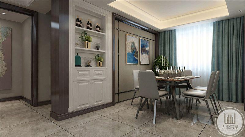 餐桌一侧的客厅采用浅色壁纸,墙面采用两幅现代装饰画,靠门一侧采用白色收纳柜。