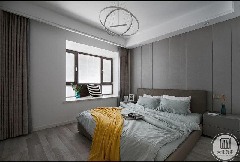 卧室空间加大,除去双人床和床头柜之外几乎没有多余的家具,体现了极简主义的设计理念。