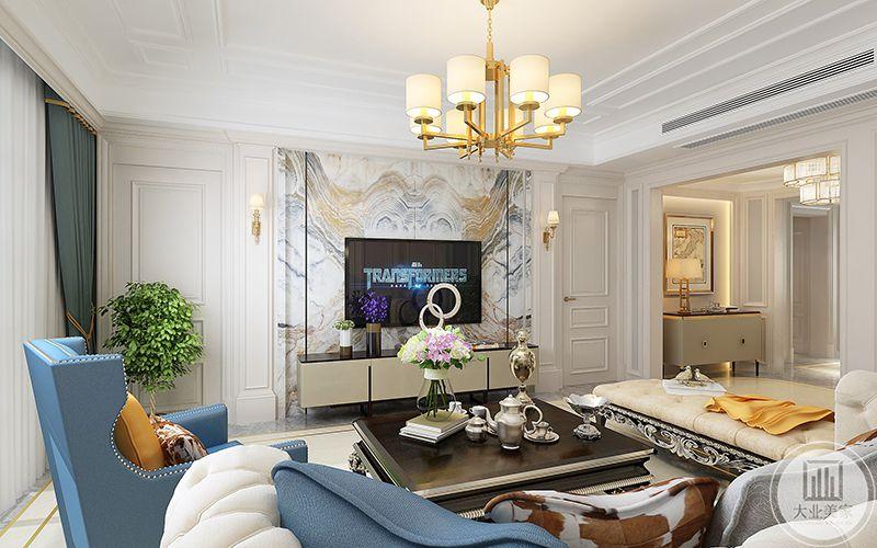 客厅电视墙是带纹路的大理石板,在这个角度可以看到深色的茶几上银色的酒壶和酒杯,颇有文艺感。