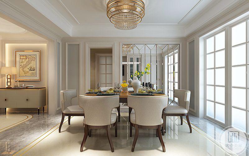 餐厅的桌子上摆放着精致的餐具和插花,乳白色的花瓶与明黄色的 插花给餐厅增添了一抹亮色,使空间既温馨又有生气。