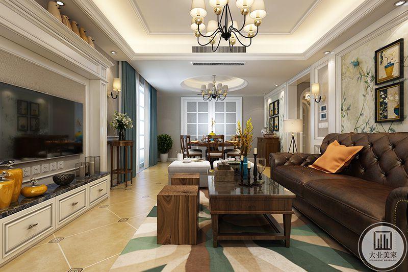 客厅侧面来看,深棕色的 皮质沙发与同色系的木质茶几使客厅显得沉稳大气。沙发墙淡绿色的印花壁纸和装饰组画又给客厅添了一丝自然和清新。
