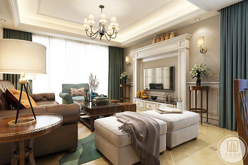 客厅电视墙是简单的白色边框,两侧摆放了高高的置物架用来放插花。深色的木质载物架与茶几呼应,整个客厅布置和谐有序,层次分明。
