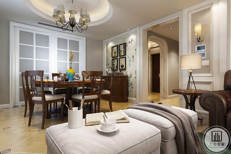 餐厅与客厅布置相仿,一面墙上是与客厅沙发墙一致的壁纸与装饰画。