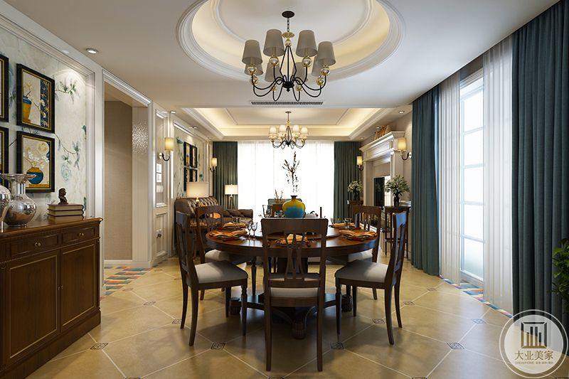餐厅是比较正式的圆桌木椅,深色的木制桌椅自然朴实,美式的田园风格体现于此。