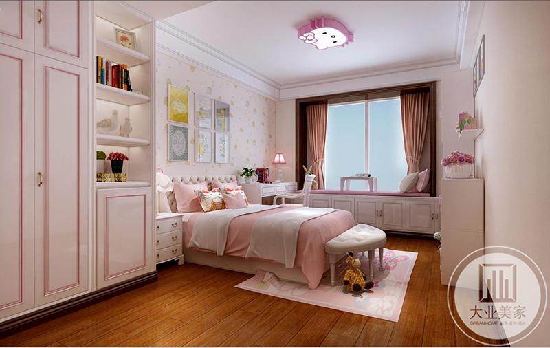 儿童房是粉色调的公主方。阳台做成榻榻米样式。吊灯则是粉色的猫咪,十分可爱。