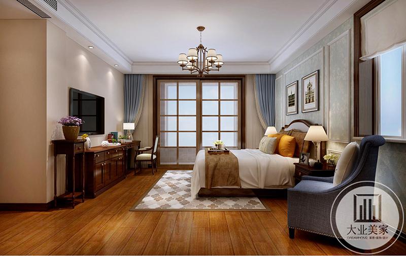 卧室是暖色的木质地板,上面铺着米色的拼花地毯,电视柜是深色的木柜。卧室与阳台用一扇格子门隔开。整个卧室空间既明亮且温馨自然。