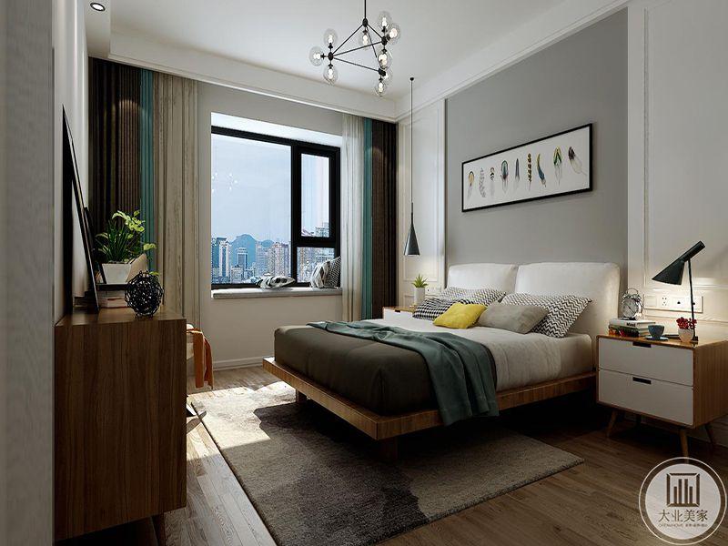 卧室床头墙是浅灰色,上面是一盒横幅的装饰挂画,窗帘则是灰色白色和浅蓝色结合,美丽清新