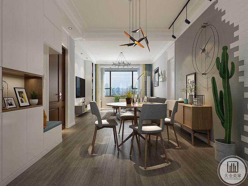 餐厅是简约的四人圆桌,吧、木制椅子设计舒适,浅灰色的软垫附在木质的底上。