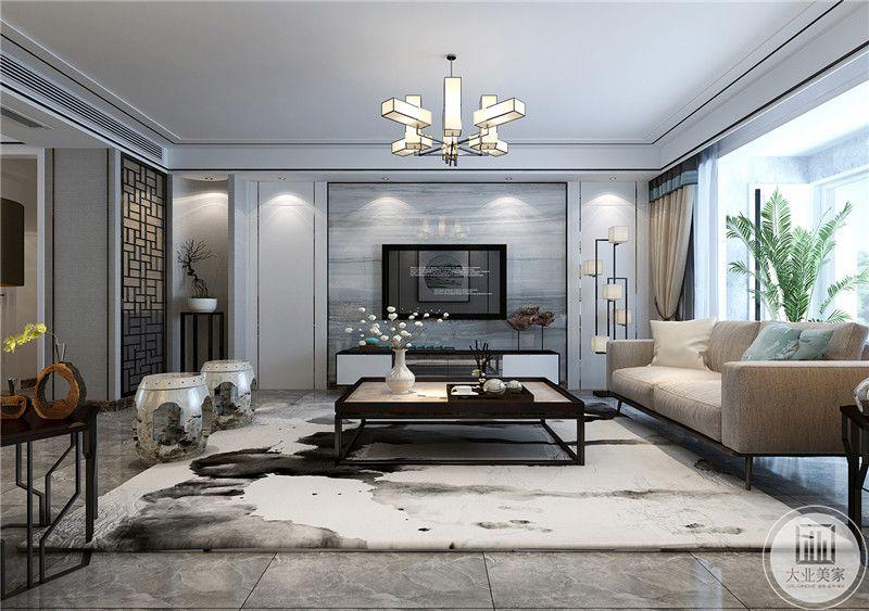 客厅电视墙是浅灰色的大理石板与大理石的地面搭配得宜。大大的白底墨染的地毯上是精巧的木制茶几。茶几上摆放着茶具和精致的白色插花。