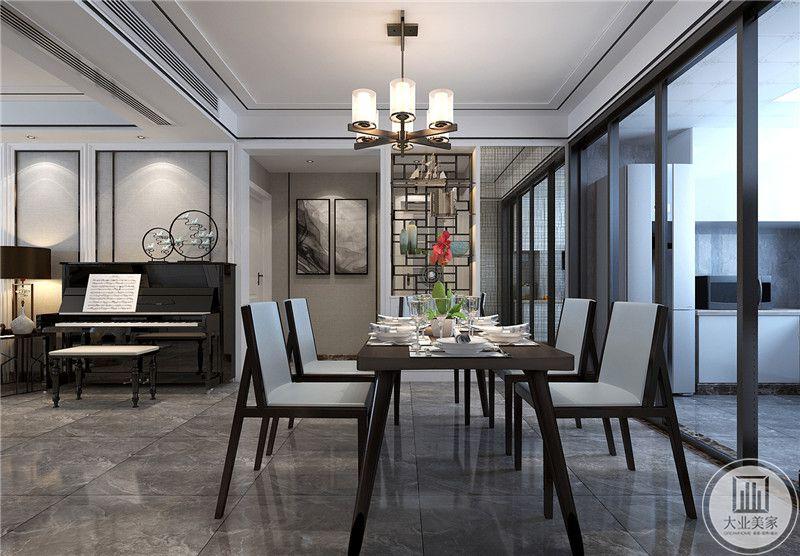 餐厅是简约的木制桌椅,黑色框架与浅灰色的椅面构成了一种淡雅的色调。餐桌上摆着精致的餐具。
