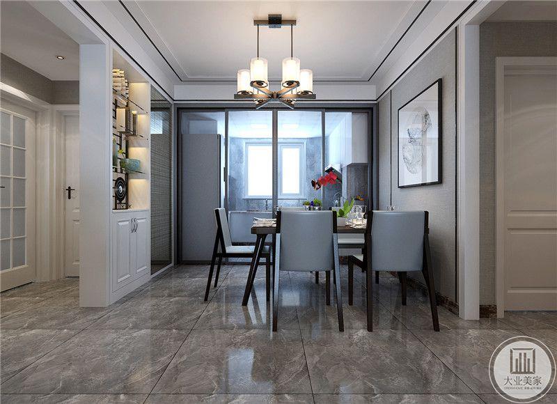 餐厅与入户之间用一个隔断遮挡,乳白色的隔断既美观又能做收纳用。