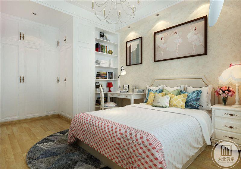 这是一间女儿房,浅色的木质地板,白色的色彩基调再加上粉色的点缀,是一个小姑娘最喜欢的房间的样子。