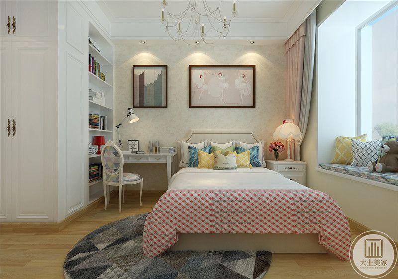 床头墙面是粉色小碎花的壁纸,书桌书柜在床左边。卧床右侧则是床头柜和阳台。阳台做成榻榻米的样式。