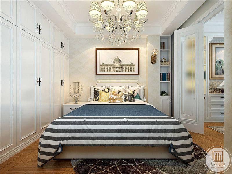 卧室是浅木色的地板,白色的壁橱和蓝色的 被褥。蓝色与白色的结合恰到好处。