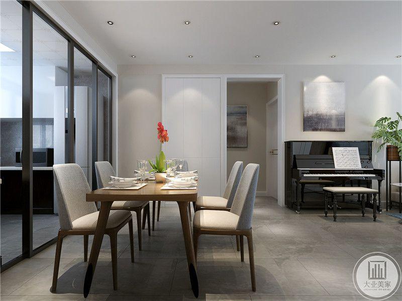在这个角度也能看见钢琴处,餐厅是简约的木桌木椅,椅子用米色的布艺材料做椅子面,看着十分舒适。