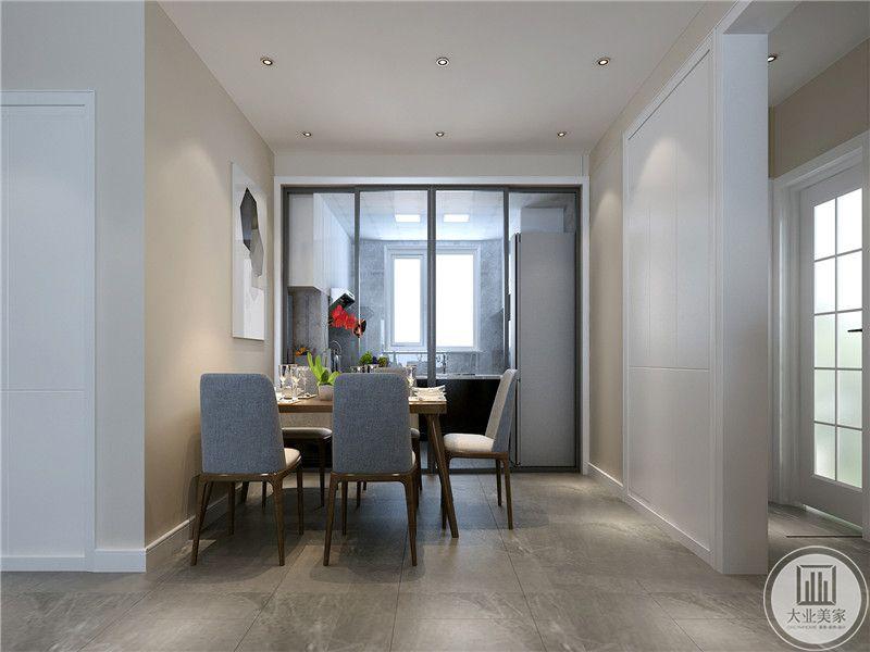 餐厅与厨房用一扇玻璃门隔开,餐桌是靠左侧墙壁摆放的,给右侧通往厨房留出空间。