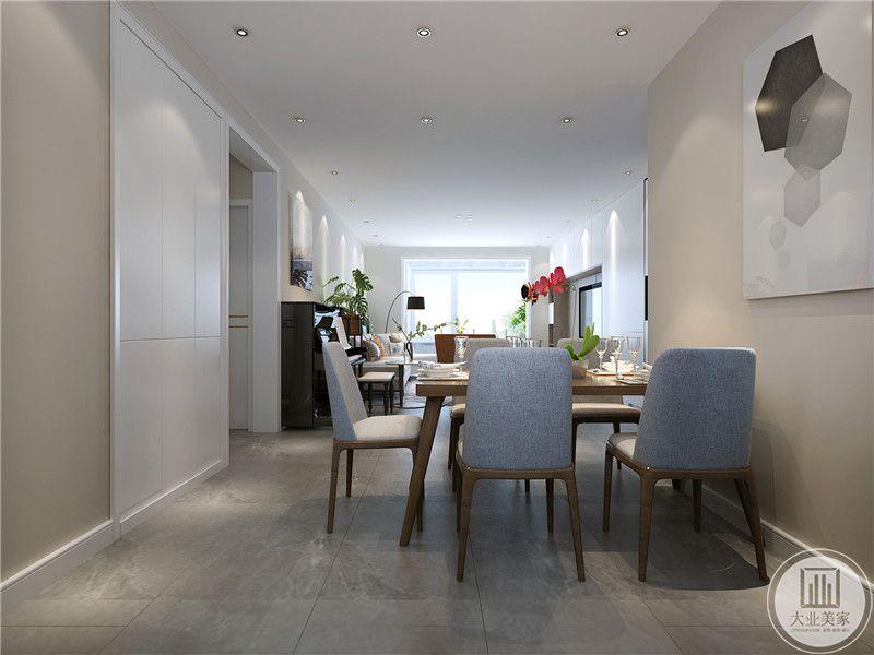 从这个角度能够看见客厅的隐约形象,白色的墙面给人一种极致的通透感,干净纯粹。