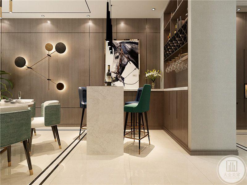 吧台的设计及其现代化,在旁边的置物台上还专门摆放了一幅现代艺术画。后方则是红酒架。