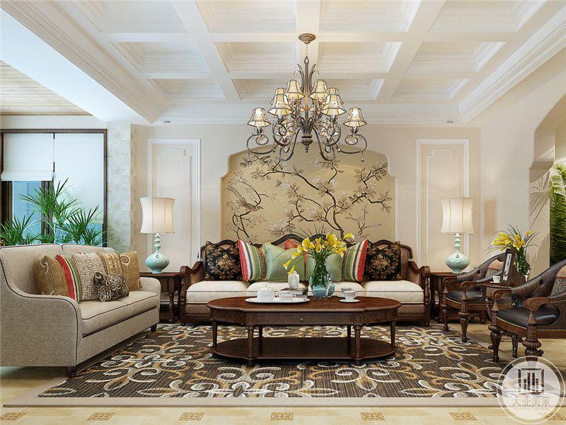 客厅沙发墙是稍显中式的暗黄底面儿的花鸟壁纸。杂乱的枝干与繁杂的吊灯相得益彰。