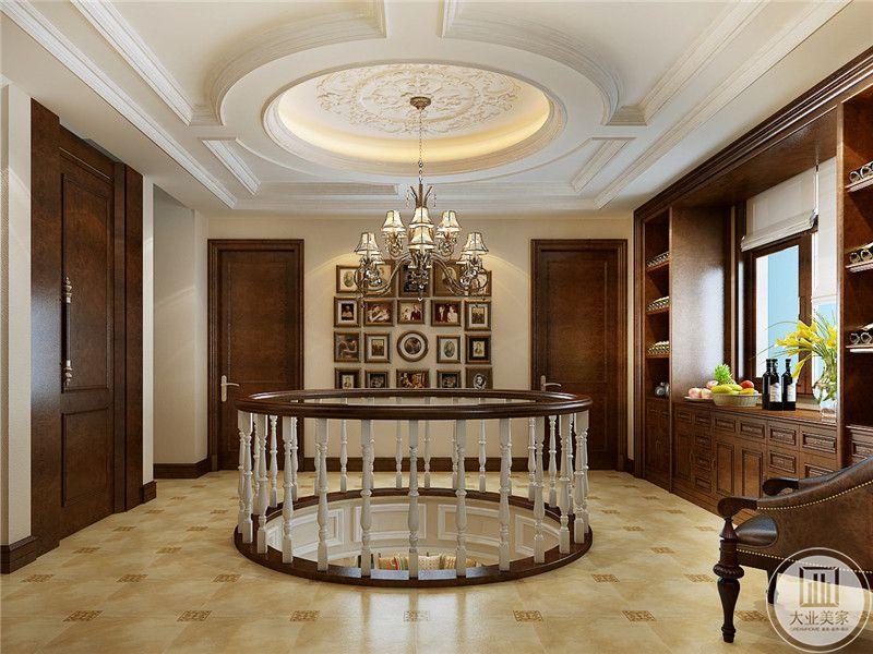 楼柱设计的十分有特点,在墙面上也装饰了组合照片,使整体空间不显得单调。