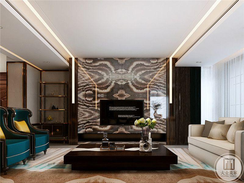 客厅电视墙的花纹用色及其大胆,华丽张扬,尽显奢华,低矮的茶几锃光发亮,深棕色的质感贵气逼人