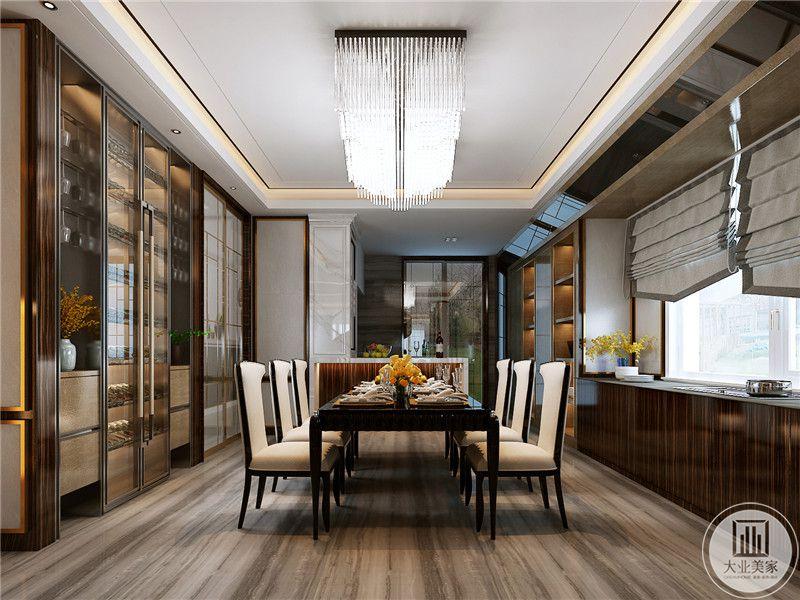 餐厅是多人的长桌,椅子是皮面的,显得餐厅正式而且华丽
