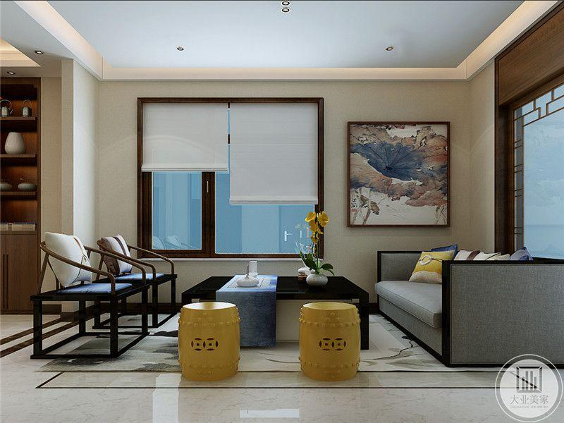 休息室是一个小客厅的样式,布艺沙发,木制文人椅和鹅黄色的矮榻围绕着黑色的方形茶几,极富对称美感