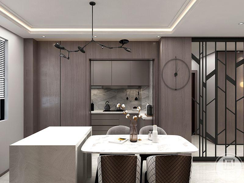 餐厅是简单的四人桌椅,桌子上摆着优雅的插花。餐桌靠着一个收纳柜,收纳柜里放着碗筷