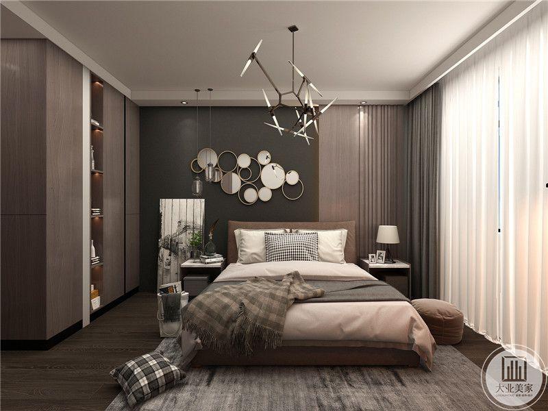 卧室背景墙依旧采用了不规则感,墙面用圆形的饰品做装饰,卧室空间是慵懒随意的棕灰色调